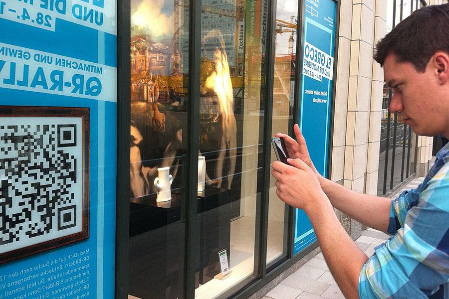 Neuer Trend: Plakat Shopping mit QR-Code am Schaufenster
